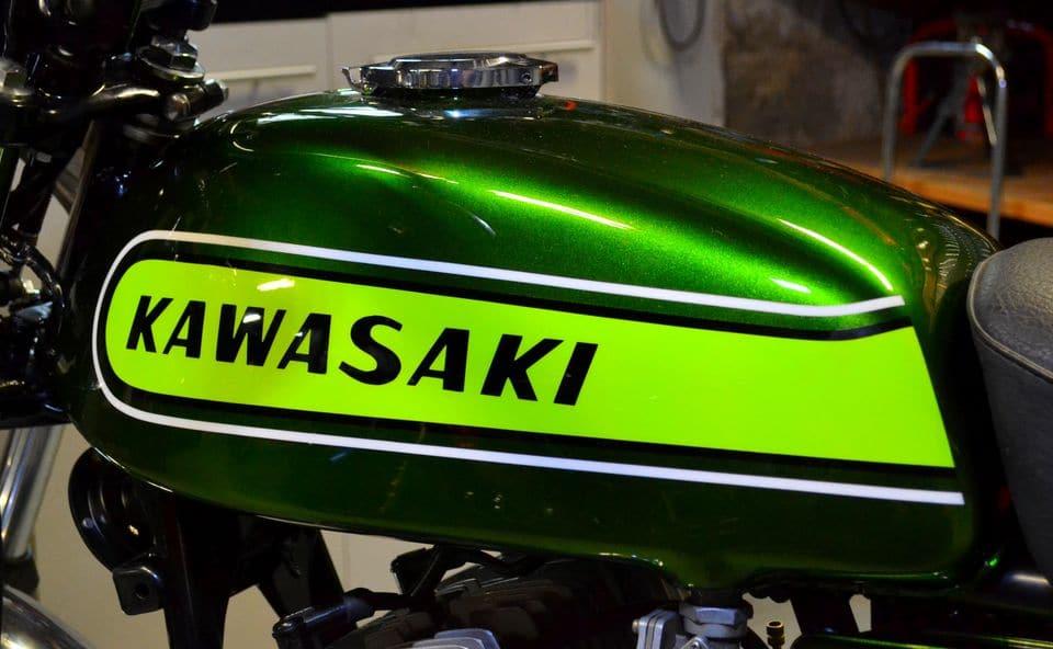 """Côté gauche : emblème """"Kawasaki"""" orienté vers l'AR"""
